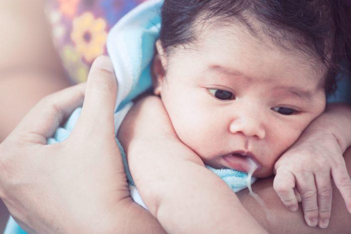 بالاآوردن شیر پنیری در نوزاد ؛ علت و درمان