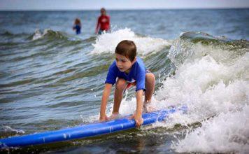 بازی کردن کودک در ساحل دریا ؛ ۶ نکته که والدین نمی دانند