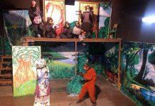 نمایش شش جوجه کلاغ و یک روباه