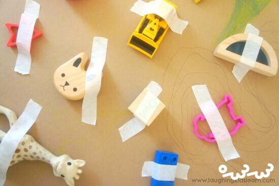 چسباندن اسباب بازی ؛ یک بازی عملی فکری برای کودکان زیر ۴ سال