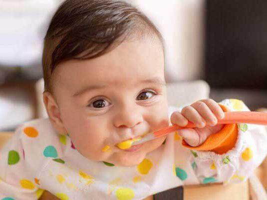 بچه ها از چه سنی مستقل غذا خوردن را شروع می کنند؟