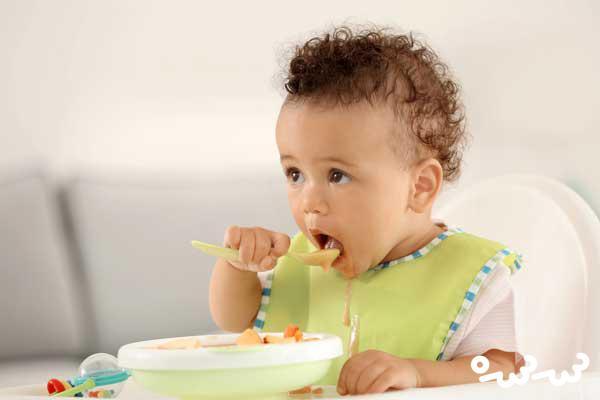 چگونه به کودک آموزش دهیم خودش غذا بخورد ؟