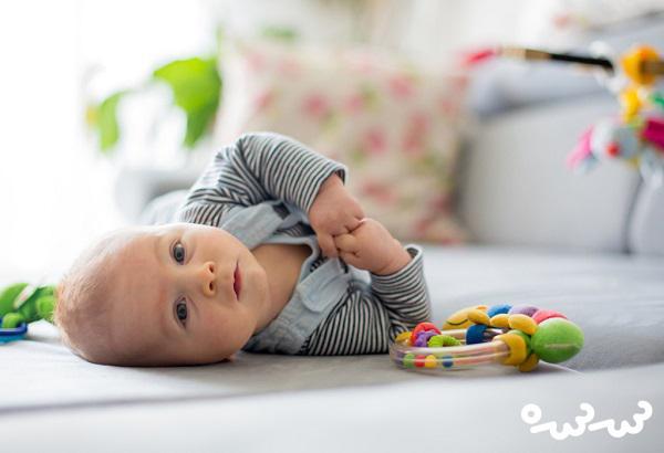۶ دلیل خم شدن نوزاد به پشت ؛ نگران نباشید