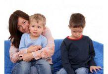 ۶ مورد از بدترین رفتارهای والدین در برخورد با کودک حسود