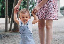چگونه می توانیم به نوزادمان کمک کنیم که بایستد