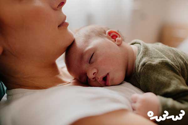 خوابیدن نوزاد در تخت والدین